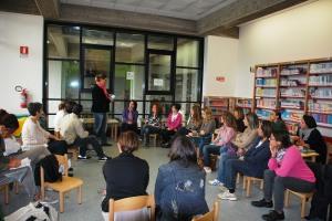 La docente, la dott.ssa Elena Carrano, in un momento del corso presso la Sezione bambini/Ragazzi della biblioteca.